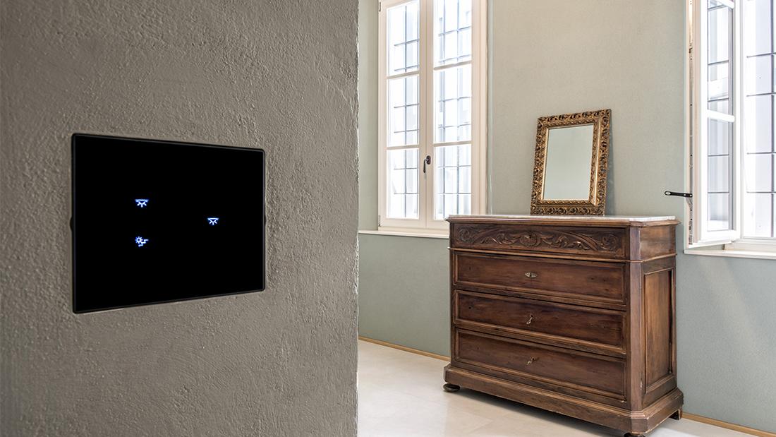 Domotica e tecnologia touch in un'elegante villa affrescata